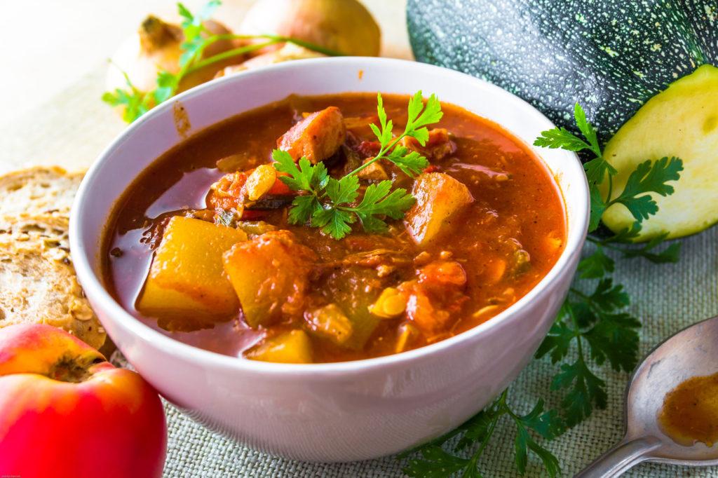 Rozgrzewająca zupa z mięsem wołowym, pomidorami, papryką i kiszonymi ogórkami